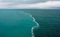 تصویر وجود برزخ در میان دریاها