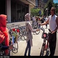 تصویر اهدای شاخه گل رز و پیام صلح و دوستی اسلام در قلب آمریکا