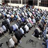 تصویر اقامه نماز جماعت مسلمانان در پیادهرو در پی تعطیلی مسجدی دیگر در فرانسه