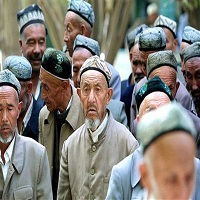 تصویر جریمه مقام دولتی چین به دلیل خودداری از کشیدن سیگار در کنار مسلمانان