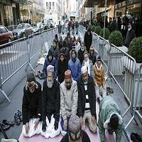 تصویر مسلمانان امریکا در مقابل برج ترامپ در نیویورک نماز خواندند
