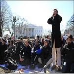 تصویر نماز گروهی مسلمانان در برابر کاخ سفید
