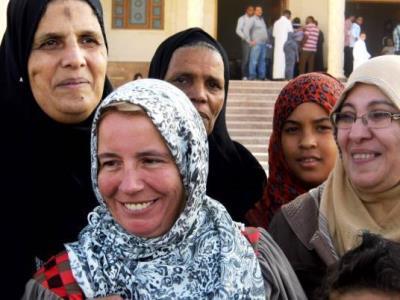 تصویر مسلمان شدن یک خانم ۴۰ ساله آلمانی، در نماز جمعه شهر المینا مصر