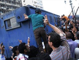 تصویر دانشگاه عین الشمس قاهره صحنه درگیری موافقان ومخالفان