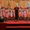 تصویر جوانان مسلمان اندونزیایی برای کودکان مسیحی جشن گرفتند