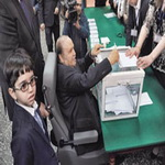 Photo of زمامداری 99 ساله با ویلچر پای صندوق رای الجزایر آمد تا رئیس جمهور شود