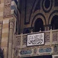 تصویر اوقاف مصر کتابخانه های مساجد را از آثار اخوانی ها پاکسازی می کند