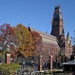 تصویر دانشگاه هاروارد آمریکا ترجمه انگلیسی آیه ۱۳۵ سوره مبارکه «نساء» را بر بالای درب ورودی دانشکده حقوق خود نصب کرده است.