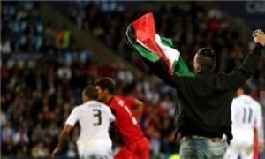 تصویر سانسور تصویر تماشاگری که با پرچم فلسطین وارد بازی رئال ـ سویا شد