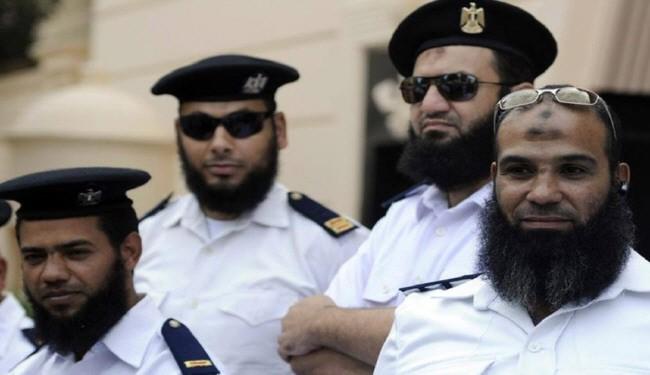 تصویر اخراج پلیس های ریش دار در مصر